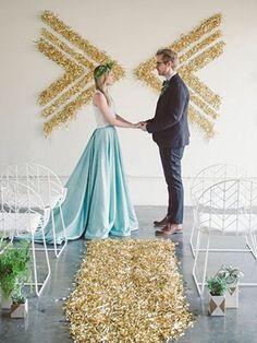 Золотые блестящие платья подружек невеста на свадьбе - The-wedding.ru