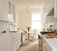To open up the space, and avoid it from feeling to narrow and long, we used lots of glass-fronted cabinets and also sacrificed a bit of cabinetry in exchange for a lovely banquette area.