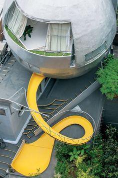 Reveja as grandes obras da arquitetura dos últimos 40 anos. A Casa Bola, em São Paulo, obra de Eduardo Longo, foi um experimento revolucionário para a época.