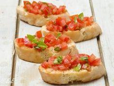 Bekijk de foto van etenvaneefke-nl met als titel Bruschetta met tomaat en basilicum. Lekker als borrelhapje of Italiaans voorgerecht (antipasti).  en andere inspirerende plaatjes op Welke.nl.