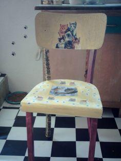 alter holzstuhl mit teilweise serviettentechnik gemacht