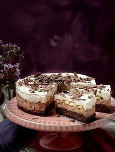 The recipe for chocolate cream cake and other free recipes on LECKER. Chocolate Cream Cake, Chocolate Brownie Cookies, Chocolate Desserts, Fun Desserts, Creative Cake Decorating, Creative Cakes, German Bakery, Sweet Bakery, Food Cakes