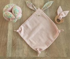 Doudou flat bunny ears Liberty Poppy and Daisy pastel pink diaper cloth Doudou plat lapin en tissu lange rose et oreilles Liberty - toys Baby Sewing Projects, Sewing For Kids, Diy Toys Science, Toddler Toys, Baby Toys, Dou Dou, Diy Bebe, Baby Couture, Kids Bags