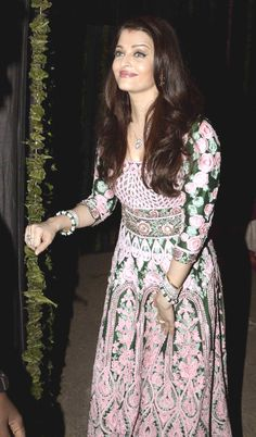 Aishwarya Rai Bachchan at Amitabh Bachchan's bash. Aishwarya Rai Photo, Actress Aishwarya Rai, Aishwarya Rai Bachchan, Bollywood Actress, Bollywood Celebrities, Bollywood Fashion, Eid Outfits, Fashion Outfits, Indian Dresses