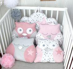 Tour de lit bébé en 60cm large, hibou et nuage, tons roses et gris, pour lit de 60cm large