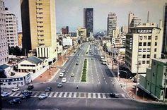 1970년대 서울 무교동.  왼쪽이 동아일보사, 멀리 검정색빌딩이 삼일빌딩.  현재는 청계천입구.