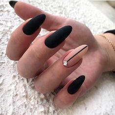 Semi-permanent varnish, false nails, patches: which manicure to choose? - My Nails Matte Black Nails, Black Nail Art, Black Almond Nails, Sophisticated Nails, Stylish Nails, Almond Acrylic Nails, Cute Acrylic Nails, Black Nail Designs, Nail Art Designs