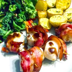 Here's an easy to follow recipe for delicious bacon-wrapped scallops that only takes minutes to make. Find out more on Delishee. Kale And Spinach, Spinach Salad, Bacon Wrapped Scallops, Roasted Potatoes, Seafood, Fries, Good Food, Stuffed Peppers, Cooking