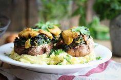 Überbackene Ofenpilze mit Spinatfüllung auf Kartoffelstampf | veggi.es