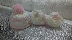 Set neonata cappellino e stivaletti all'uncinetto