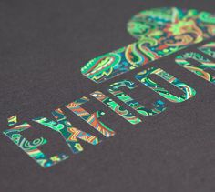 L1. Paisley, gris. Estampado paisley, motivo floral ornamental originariamente de la India y popularizado por la cultura anglosajona. Elemento principal del lanzamiento de éxfico art dis asociado a la cultura psicodélica de 1967.    Diseño encajado en logotipo de 24 cm de ancho con 9 tonos de color.  $15.00