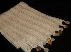 J'ai tricoté cette écharpe pour une amie qui est très féminine. Le point dentelle, associé aux perles de nacre, est du plus bel effet ! L'écharpe dentelle fait environ 80 cm de long pour 17 cm de large. Fournitures : fils à tricoter de la Droguerie Alpaga...
