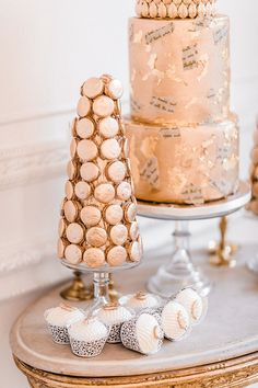 Pure romance that will make you weak in the knees due to its endless, soft modern romance wedding inspiration overload. Luxury Wedding Cake, Beautiful Wedding Cakes, Our Wedding, Wedding Desserts, Wedding Decorations, Modern Romance, Pure Romance, London Cake, Creative Wedding Cakes