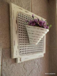 Floreira para parede feita de assento de cadeira antiga customizada. Estilo provençal. Não acompanha flores. R$ 75,00