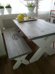 Sfeervolle eettafel met bank in duo kleur, gemaakt van steigerhout. Onderstel met kruispoot. Beschermlaag op het bovenblad, matte lak of was. Onderstel in krijtverf.