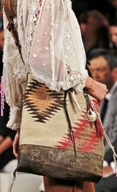 Modern hippie chic peasant blouse with Turkish kilim purse for a Bohemian style. Boho Hippie, Hippie Style, Winter Hippie, Look Hippie Chic, Boho Chic, Ethno Style, Bohemian Mode, Boho Gypsy, Bohemian Style