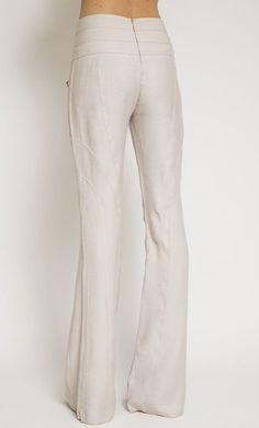 Calça modelagem flare , tecido fluido , macio ,cós amplo com recortes, detalhe de zíperes frontais . Fechamento traseiro com zíper_x000D_