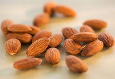 Les amandes : atout coeurRiches en graisses insaturées et en vitamine E, elles sont extras en prévention cardio-vasculaire. Dans le régime Portfolio, la consommation de 30 g d'amandes par jour, associée à d'autres végétaux, a réduit de 20% le taux de mauvais cholestérol (LDL) des volontaires. Dans l'étude Predimed, publiée en 2013, un régime de type méditerranéencomportant une poignée quotidienne d'amandes, de noix et de noisettes a permis sur 5 ans de réduire de 30% les infarctus, les AVC…