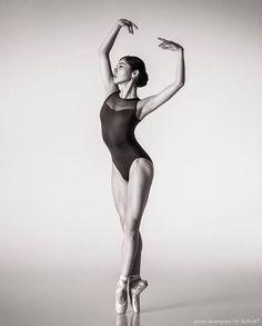 Photo jason lavengood- de ballet:the best photographs ballerina poses, ball Dance Photography Poses, Dance Poses, Ballerina Photography, Girl Photography, Figure Photography, Female Pose Reference, Pose Reference Photo, Figure Drawing Reference, Body Reference