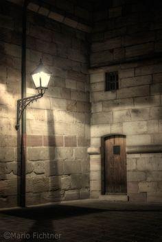 Wenn heut`sich spät die Nebel drehn,  wird keiner mehr an der Laterne stehn...   If today is late, the mists swirl and churn,  will no longer stand on the lantern ...