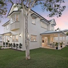 Hamptons style Queenslander (@domain.com.au / @placeestateagents @taylorkleinberg ) #queenslanderhomes #hamptonsstyle House Paint Exterior, Exterior House Colors, Exterior Design, Hamptons Style Homes, Hamptons House, The Hamptons, House Front, Coastal Style, Beach Cottage Style