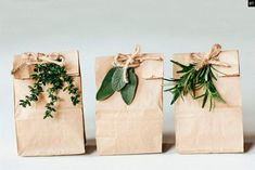 22 décembre, il y a fort à parier que vous êtes en plein emballage de vos cadeaux de noël. Je vous avais proposé il y a quelques temps un DIY «air mail gift» pour vos paquets. Pour d'autres idées, suivez le guide… POUR LES PLUS JEUNES  Parce que les plus jeunes aussi peuvent éviter …
