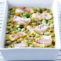 Kerrierijst met kabeljauw  2 uien     2 el kerriepoeder pikant     300 g zilvervliesrijst     4 el rozijnen     2 pakjes tuinbonen     400 g kabeljauwfilet     750 ml groentebouillon  oven voorverwarmen 190 °C. Fruit de uien 4 min. Voeg het kerriepoeder toe; bak 1 min. Voeg de ongekookte rijst en de rozijnen toe; bak 1 min. In de ovenschaal, bevroren tuinbonen toevoegen. Snijd de vis in stukken; verdeel over de ovenschaal. Bouillon erover en laat in ca. 30 min. gaar worden.