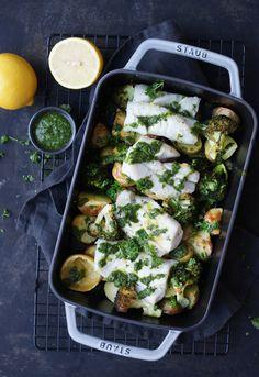 Allt-i-ett ugnsbakad torsk, potatis och broccoli med salsa verde Salsa Verde, Cole Slaw, Tahini, Grill Pan, Pesto, Broccoli, Zucchini, Grilling, Tacos