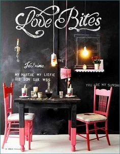 Un romantico tete a tete. Idea da copiare le gambe del tavolo dipinte per metà dello stesso colore della sedie. Stella B