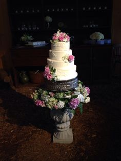 Gorgeous wedding cake and florals! #wedwithstyle