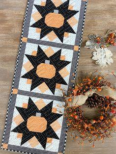 Table Topper Patterns, Table Runner Pattern, Table Toppers, Halloween Quilts, Fall Halloween, Halloween Ideas, Pumpkin Run, Pumpkin Spice, Flag Quilt