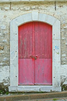 Love this door. I've always wanted a brightly colored, and preferably recycled or old front door.