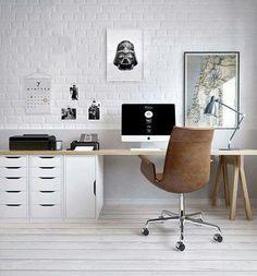 mooie werkplek met een groot bureaublad en veel opbergruimte