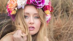 Comment réaliser une couronne de fleurs ? Voici le tuto qui vous aidera a créer la votre. Découvrir le shooting de Lola avec la couronne de fleurs.