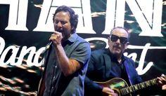 Eddie Vedder en el escenario junto a Elvis Costello, Band Of Horses y Jack Irons