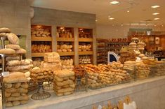 Dean & Deluca Pictures - – Everything Kuwait Bread Display, Bakery Display, German Bakery, French Bakery, Bakery Interior, Restaurant Concept, Restaurant Design, Bakery Cafe, Bakery Shops
