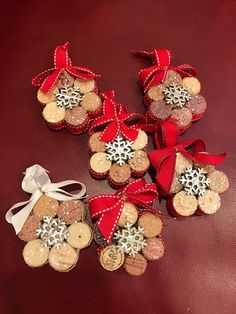 Handmade snowflake Christmas tree decorations made from recycled .- Handgemachte Schneeflocken-Christbaumschmuck aus recycelten Korken Handmade snowflake Christmas tree decorations made from recycled corks (set of - Wine Cork Ornaments, Wine Cork Crafts, Wine Cork Projects, Wine Cork Art, Crafts With Corks, Champagne Cork Crafts, Champagne Corks, Bottle Crafts, Cork Christmas Trees