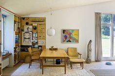Finn Juhl | Casa y Estudio Juhl | Ordrupgaard, Dinamarca | 1943 | Zona de trabajo con una muestra de los diseños del autor