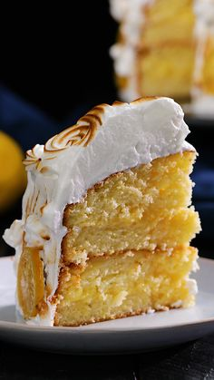 Lemon Meringue Cake You've heard of lemon meringue pie, but have you heard of lemon meringue cake? If not, you've come to the right place. This simple cake recipe is the perfect combination of sweet and sharp - it will go down a trea Candied Lemon Slices, Candied Lemons, Easy Cake Recipes, Dessert Recipes, Party Recipes, Recipes Dinner, Best Lemon Meringue Pie, Lemon Curd, Cake Mixture