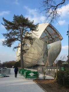 Gehry's Fondation Louis Vuitton from street