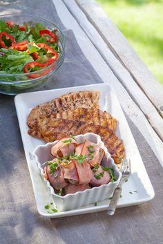 Grillatut herkkusienet ja broilerit | K-ruoka Grilliherkkusienet sopivat lisäkkeeksi lähes kaikille grilliruoille. Sienet on täytetty tuorejuustolla ja pekonin tilalla on käytty kinkkua. #grillaus