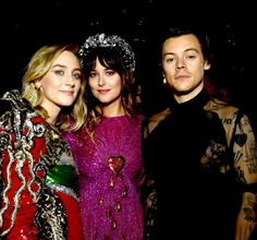 Harry Styles with Saoirse Ronan and Dakota Johnson inside the MET Gala: Notes on Camp - May 6 Harry Styles, Harry Edward Styles, Met Gala Outfits, Happy Wife, Dakota Johnson, Celebs, Celebrities, Fashion Pictures, Christmas Sweaters