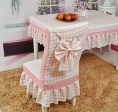 A jól megválasztott színű textíliákból varrt asztalterítőkkel és székruhákkal a konyha, vagy az étkező hangulatát teljes egészében megvál... Furniture Covers, Chair Covers, Table Covers, Dining Decor, Decoration Table, Shabby Chic Bedrooms, Shabby Chic Furniture, Home Crafts, Diy Home Decor