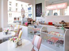Primrose bakery. Terlihat cozzy, dengan display cake di depan tanpa terlalu banyak boardes, minimalis, bersih, dan meja kecil untuk pelanggan...
