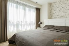 ด้านระเบียงห้องนอน…  บานหน้าต่างใหญ่ๆตกแต่งด้วย ม่านจีบ สีเทา  ด้านหลังซ่อนด้วยผ้าโปร่งสีครีม  ให้แสงอ่อนๆได้สาดเข้ามาให้ห้องดูสว่างขึ้นมาอีกนิดนึง