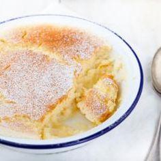 Süßes, fruchtiges Dessert gesucht, das schnell auf dem Tisch steht? Dieser Apfelauflauf ist in Nullkommanichts zubereitet und duftet so herrlich, dass er genauso schnell verputzt ist – wetten?!