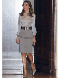 Princess Letizia in grey - Office Outfits Office Fashion, Work Fashion, Fashion Outfits, Gothic Fashion, Blouse And Skirt, Blouse Outfit, Blouse En Satin, Office Outfits, Work Outfits