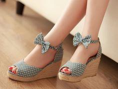Les chaussures compensées sont une belle option quand vous voulez ajouter du style et de l'hauteur à votre look. Elles sont un must have de la mode moderne.