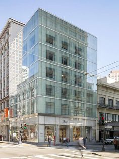 Take a look at the newly opened Dior boutique in San Francisco. This new space encapsulates the masonry structure of the existing façade to artfully preserve the character of the building, creating a strong juxtaposition between past and present. Retail Facade, Shop Facade, Building Facade, Small Buildings, Modern Buildings, Shop Interior Design, Store Design, Dior Store, San Francisco