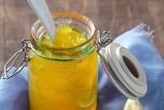 Μαρμελάδα Λεμόνι: Αν αγαπάτε το υπέροχο άρωμα του λεμονιού, αυτή η μαρμελάδα θα σας ενθουσιάσει! Εκτός από άλειμμα στο ψωμί, μπορείτε να την απολαύσετε και με γιαούρτι ή να την χρησιμοποιήσετε ως γέμιση ή γλάσο σε κέικ λεμονιού. Cooking Jam, Cooking Recipes, Greek Pastries, The Kitchen Food Network, Le Trouble, Greek Sweets, Fruit Preserves, Homemade Sweets, Frozen Yoghurt